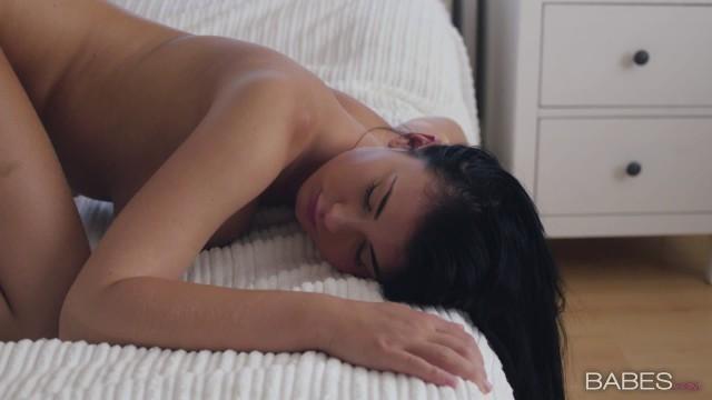 Superb Lucy Li leckt Vinna Reeds süße Muschi in einem Lesbenvideo